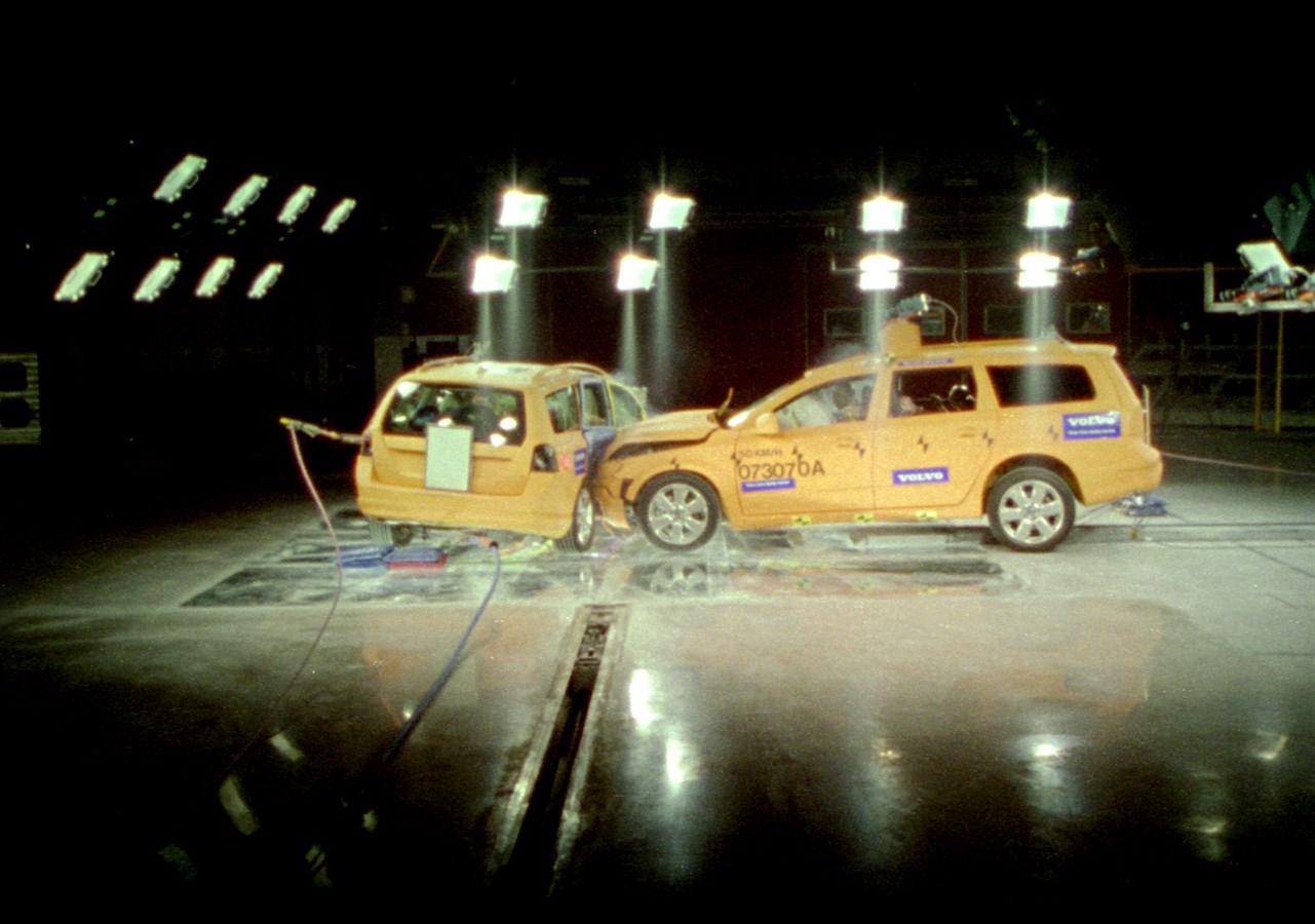 Side impact crash test of the all-new V70/XC70 - Volvo Car Group Global Media Newsroom