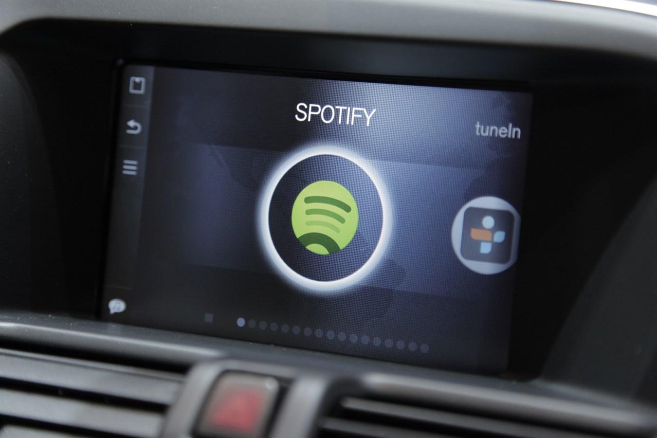 Volvo Cars, Sensus Connected Touch ile birlikte, dünyanın ilk olarak, ses ile aktive edilen dijital müzik hizmetleri erişimi sunuyor.