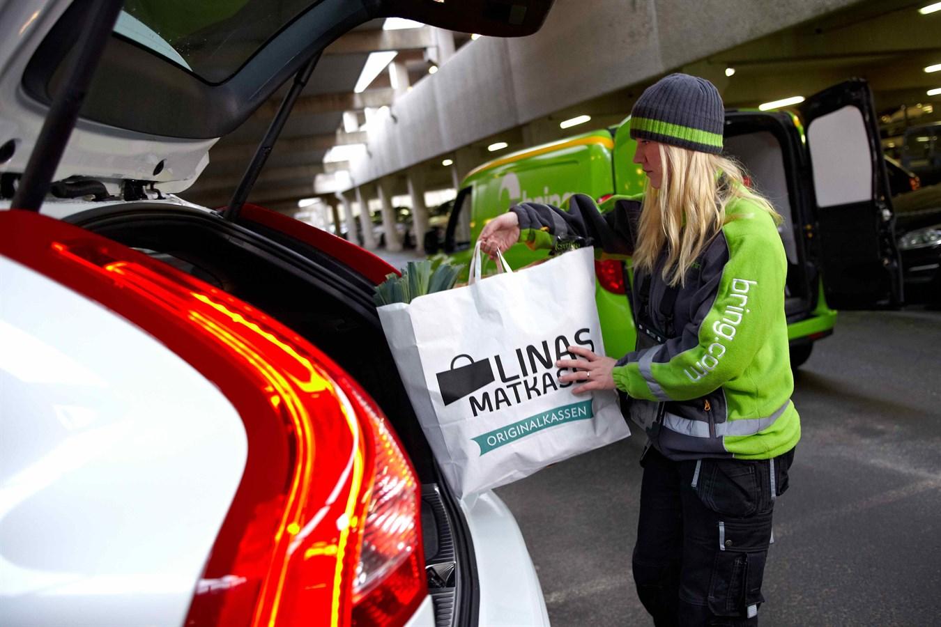 Volvo Cars démontre le potentiel des voitures connectées avec des livraisons effectuées directement aux véhicules des personnes concernées