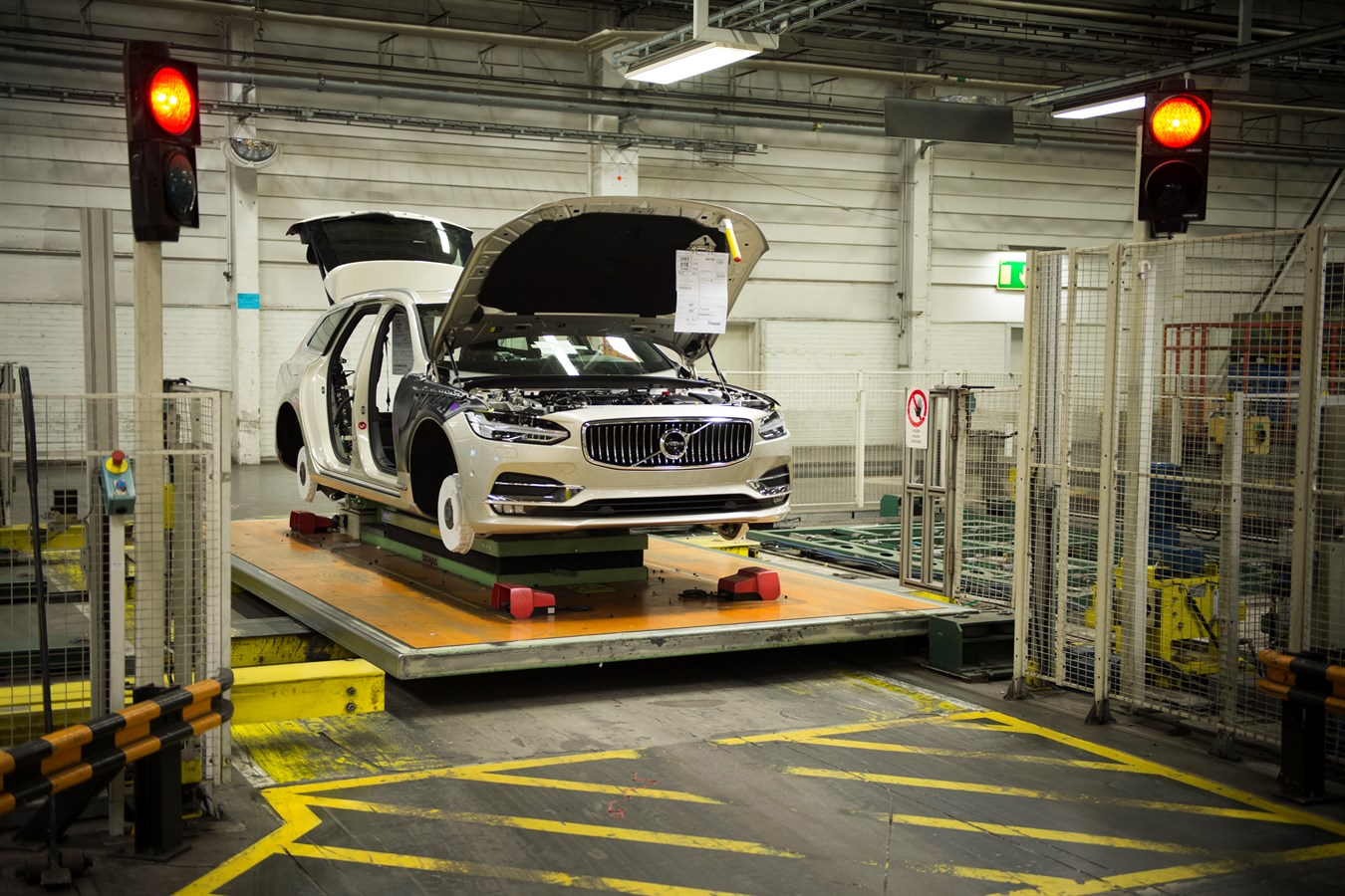 New Volvo V40 >> Volvo Cars goes from strength to strength as first V90 ...