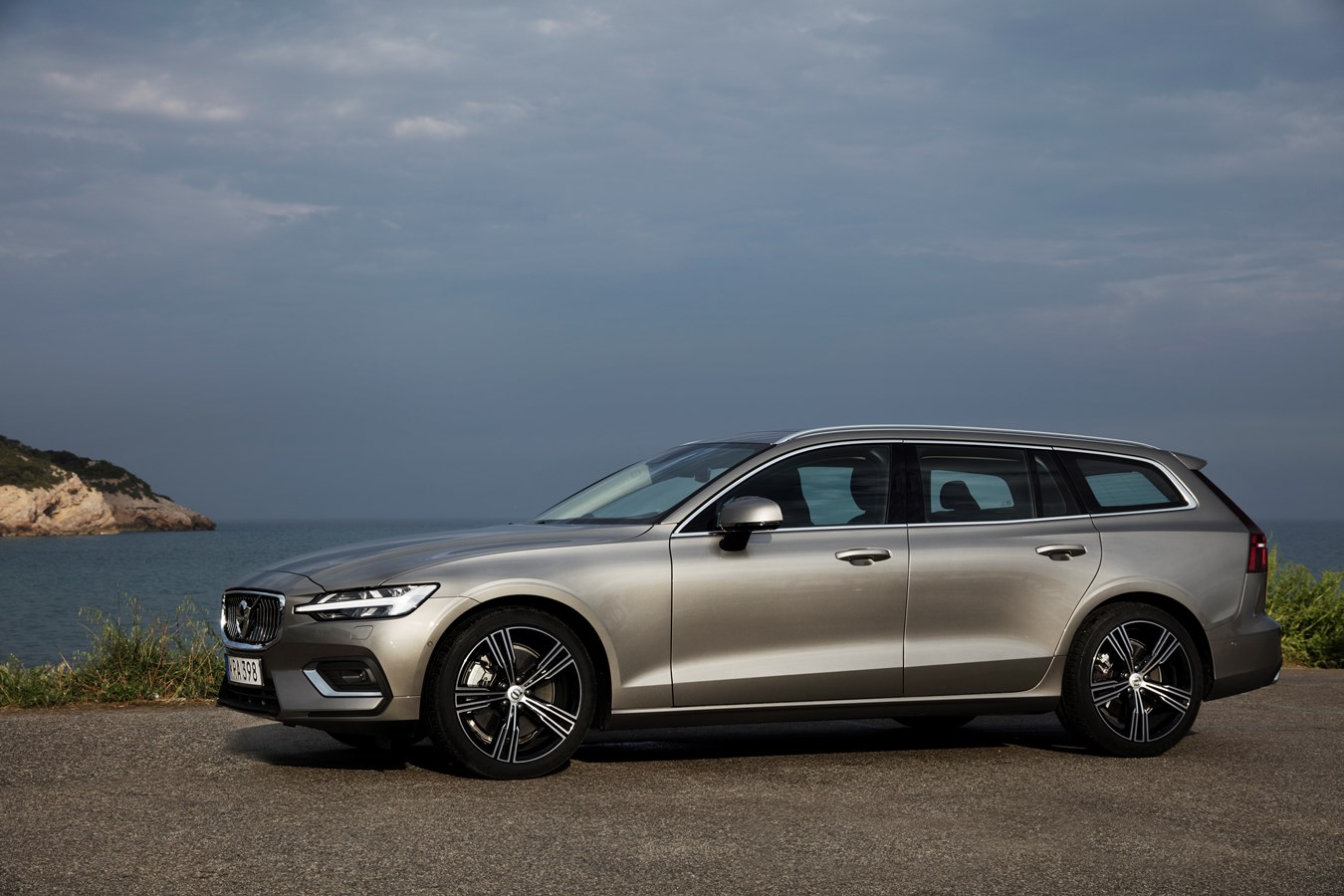 Volvo V60 Cross Country >> New V60 T6 Inscription Pebble Grey interior and exterior footage - Volvo Car UK Media Newsroom
