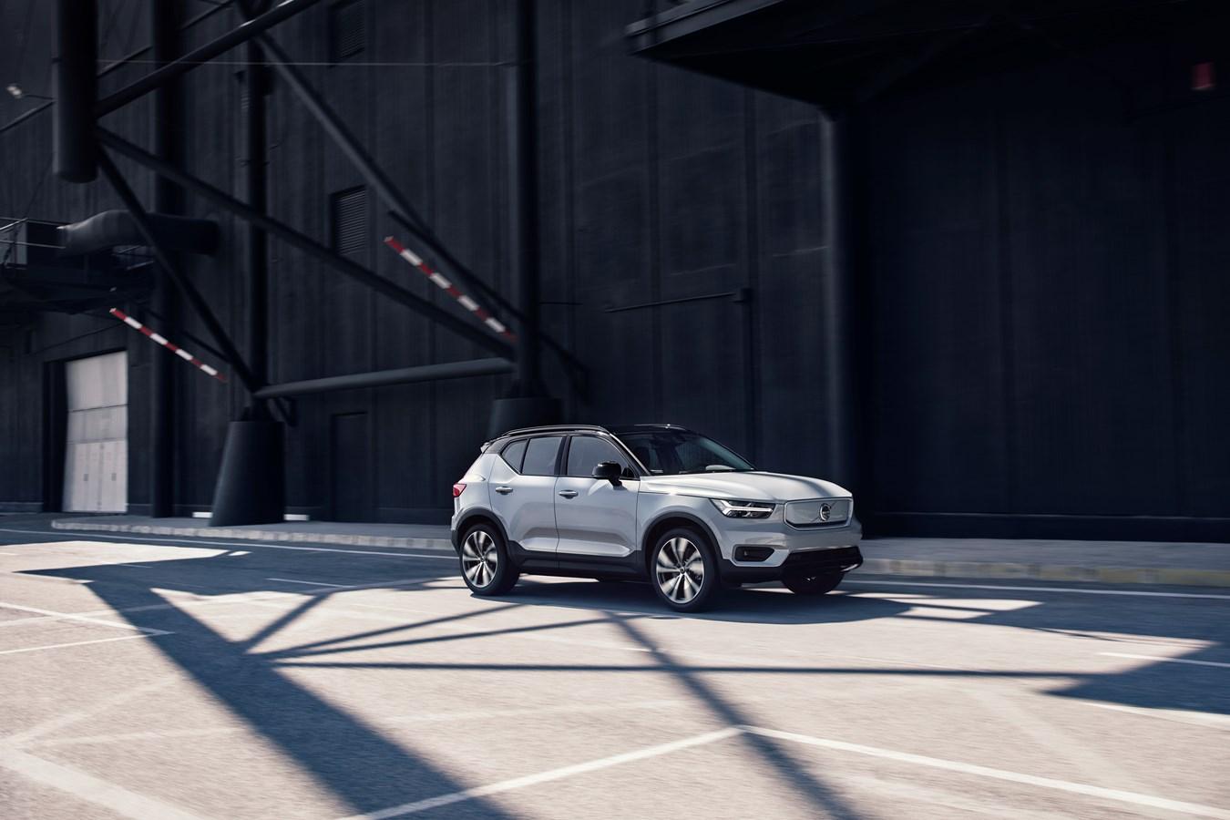 Volvo XC40 Recharge P8 AWD in Glacier Silver,