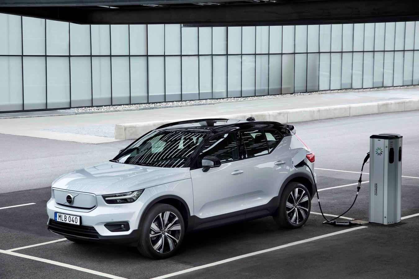 Volvo XC40 Recharge P8 AWD in Glacier Silver