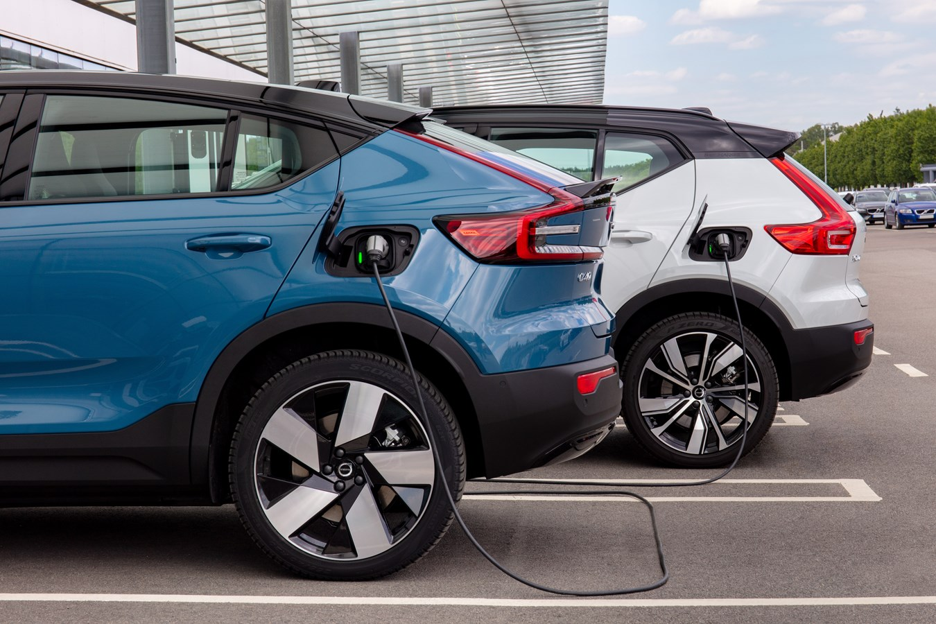 Volvo C40 et XC40 Recharge 100 % électriques  à une station de recharge