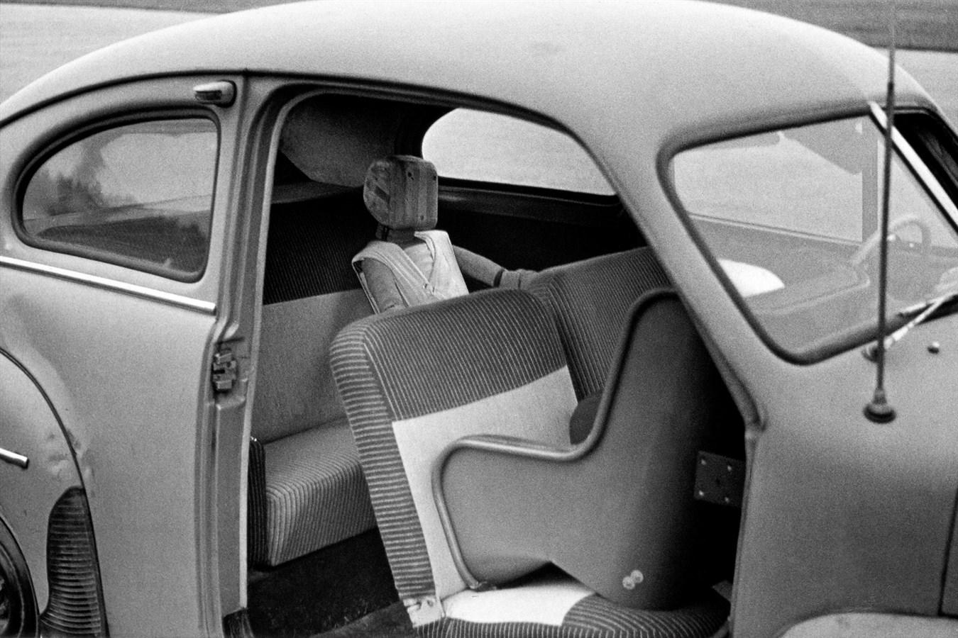 Premier prototype de siège enfant testé à bord d'une Volvo (PV 444)