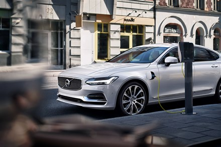 Volvo Cars calls on automotive industry to standardise electric car charging