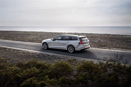 New Volvo V60 - oncoming collision mitigation by braking - animation